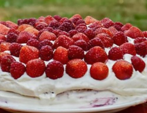 Curd – whipped cream cake with strawberries and Golden Stevia